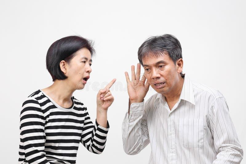 De vrouw die haar vinger richten tegen en beschuldigt haar echtgenoot stock afbeelding