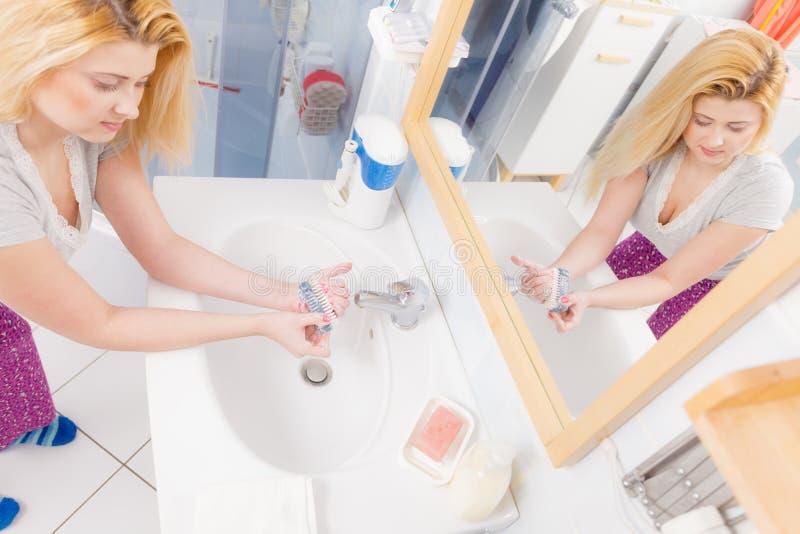 De vrouw die haar wassen dient gootsteen in royalty-vrije stock fotografie