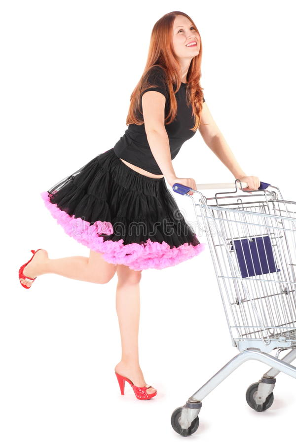 De vrouw die kleding draagt beweegt shoping mand royalty-vrije stock fotografie