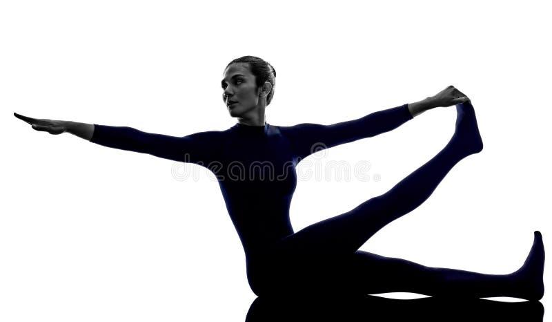 De vrouw die Krounchasana-reiger uitoefenen stelt yogasilhouet stock afbeeldingen