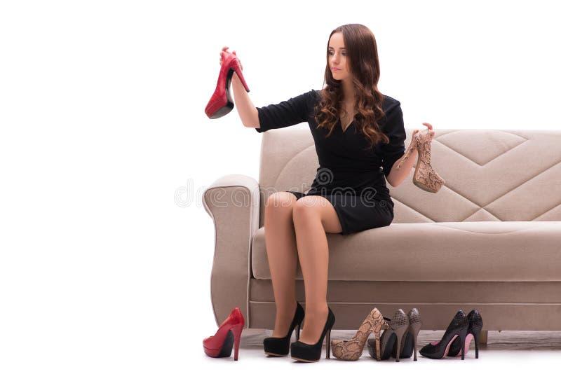 De vrouw die moeilijke keus tussen schoenen hebben royalty-vrije stock foto