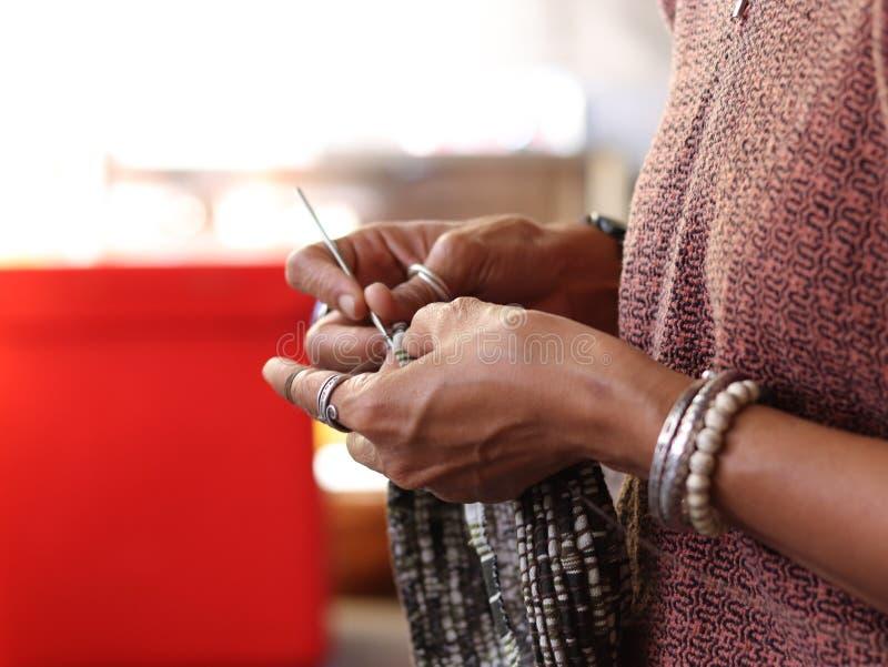 De vrouw die mooi breien haakt in Thailand stock foto