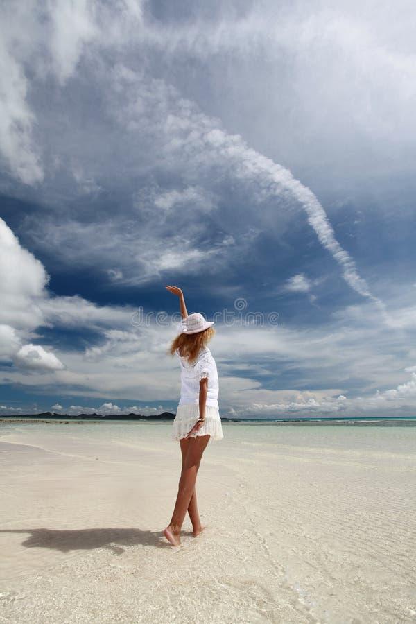 De vrouw die op het strand ontspant. royalty-vrije stock fotografie