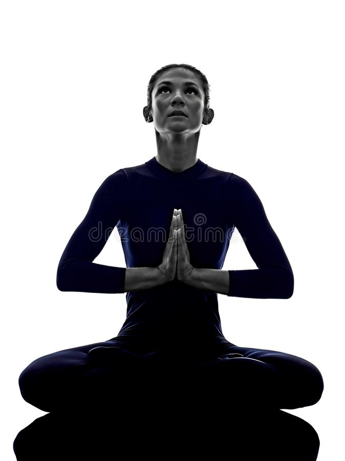 De vrouw die Padmasana-lotusbloem uitoefenen stelt yogasilhouet royalty-vrije stock fotografie