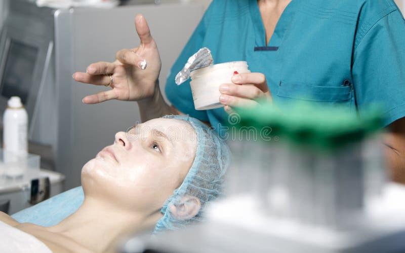 De vrouw die prepped in een skincarekliniek zijn stock foto's