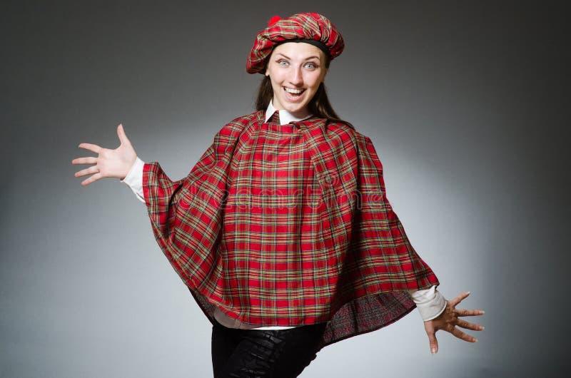 De vrouw die traditionele Schotse kleding dragen stock fotografie