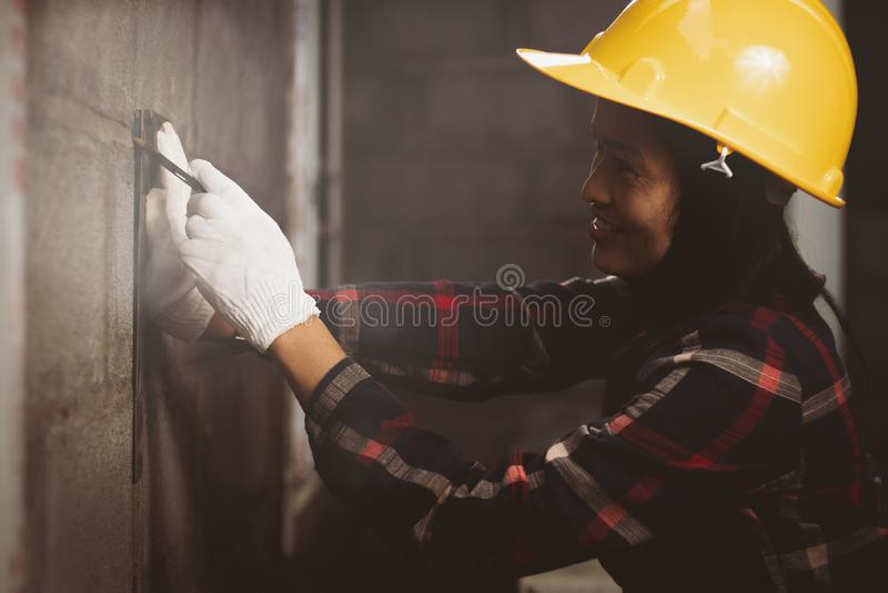 De vrouw die van Azië bij de plaatswerken werken met gelukkig stock afbeeldingen