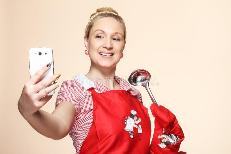 De vrouw die van Baker ontspruiten telefonisch royalty-vrije stock afbeeldingen
