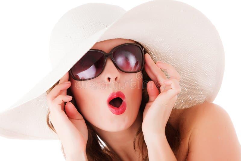De vrouw die van de aantrekkingskracht de hoed van het de zomerstro draagt stock fotografie