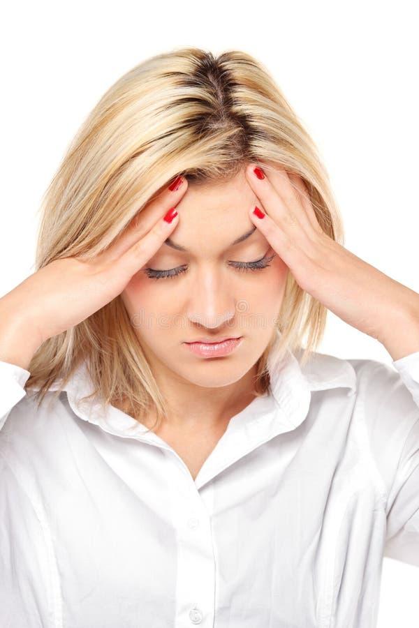 De vrouw die van de blonde een hoofdpijn heeft royalty-vrije stock afbeelding
