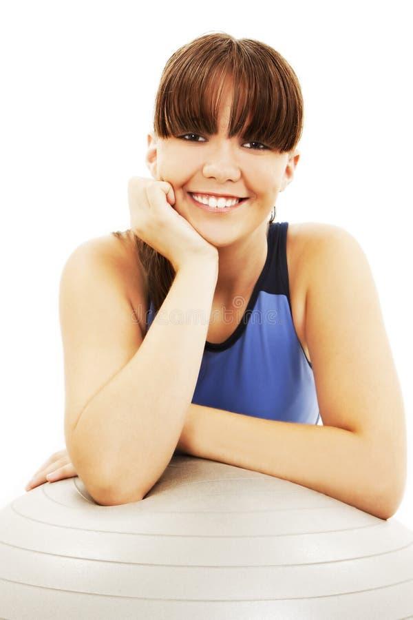 De vrouw die van de geschiktheid pilates gelukkig portret glimlacht royalty-vrije stock foto