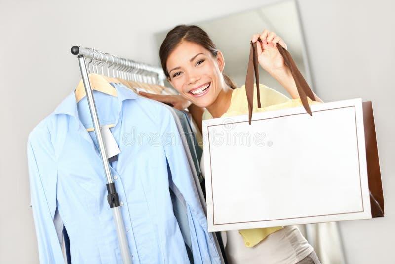 De vrouw die van de klant het winkelen zakteken toont stock afbeelding