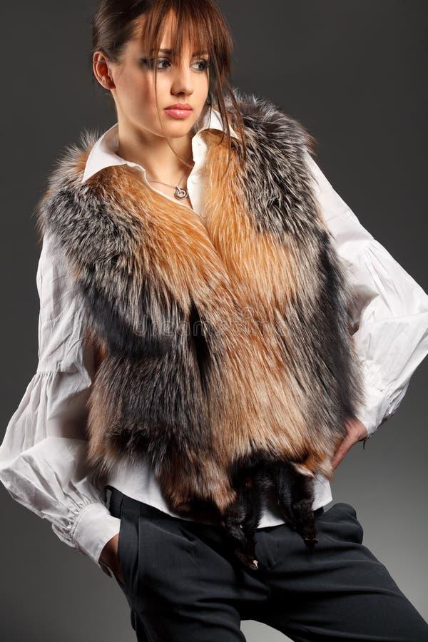 De vrouw die van de manier bontbuis draagt royalty-vrije stock foto's