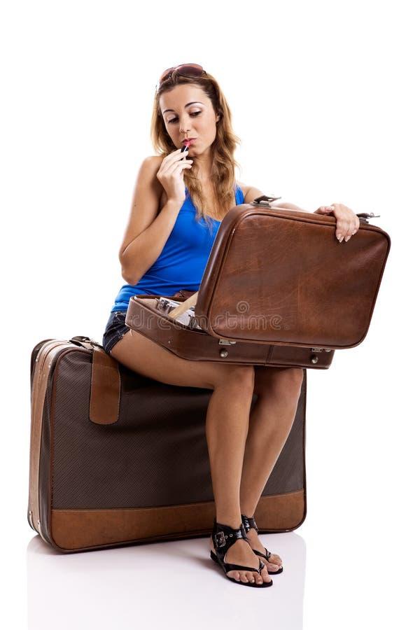 De vrouw die van de reiziger make-up toepast stock foto