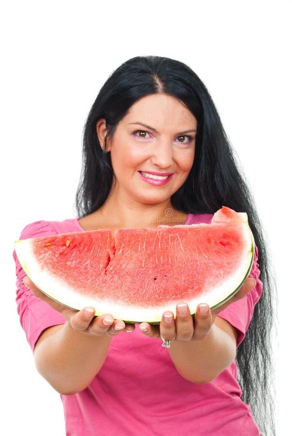 De vrouw die van de schoonheid watermeloen aanbiedt stock foto's