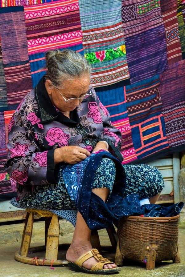 de vrouw die van de stamhmong van à ¹ ‡ Ahill handicrafls naaien royalty-vrije stock foto