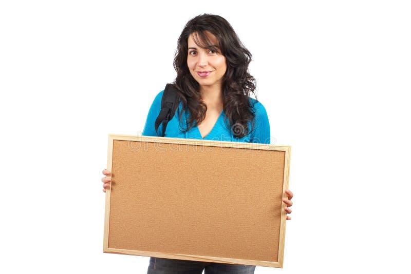 De vrouw die van de student lege corkboard houdt royalty-vrije stock foto