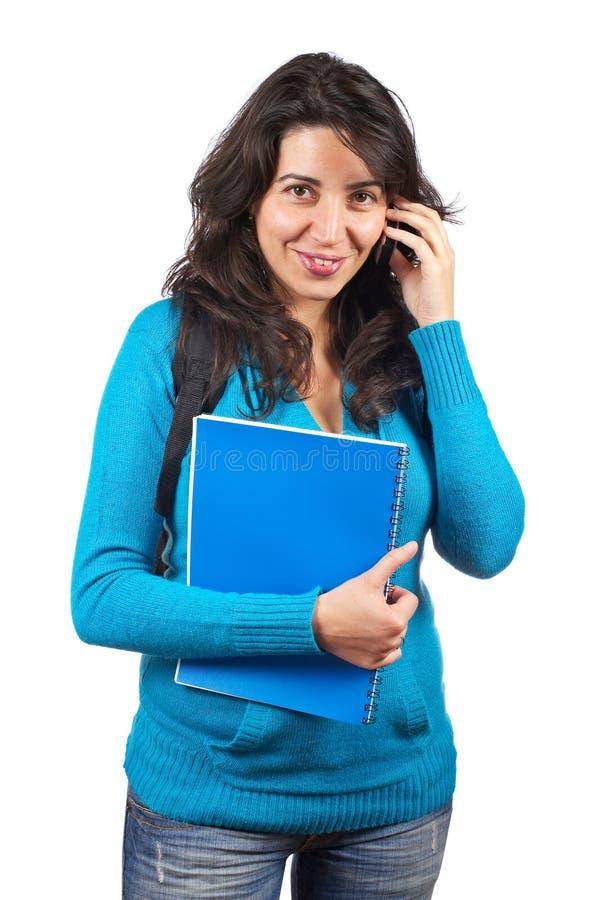 De vrouw die van de student met telefoon spreekt stock fotografie
