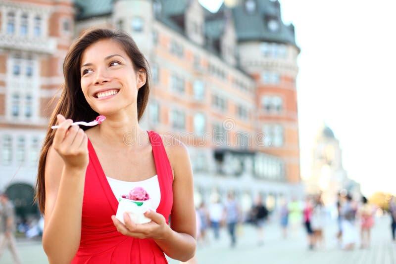 De vrouw die van de toerist roomijs in de Stad van Quebec eten royalty-vrije stock fotografie