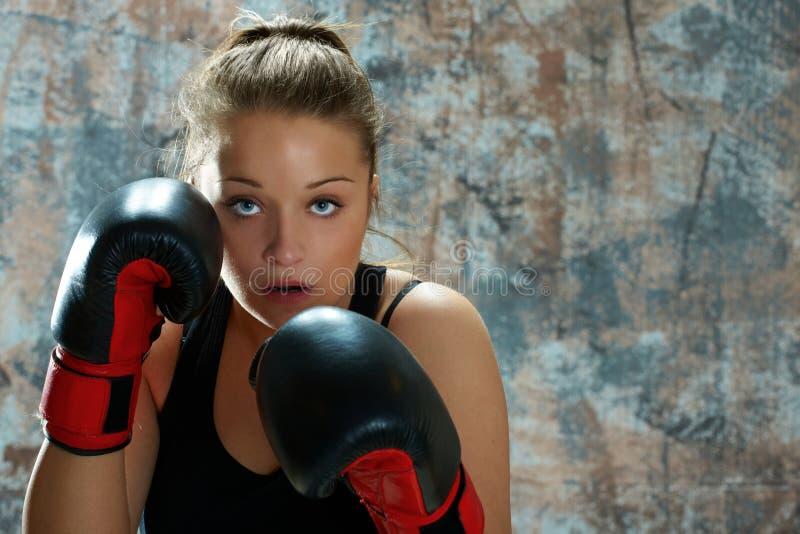 De vrouw die van de vechter bokshandschoenen draagt royalty-vrije stock afbeelding