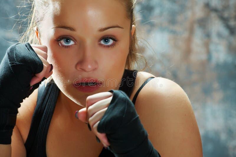 De vrouw die van de vechter handomslagen draagt stock afbeeldingen