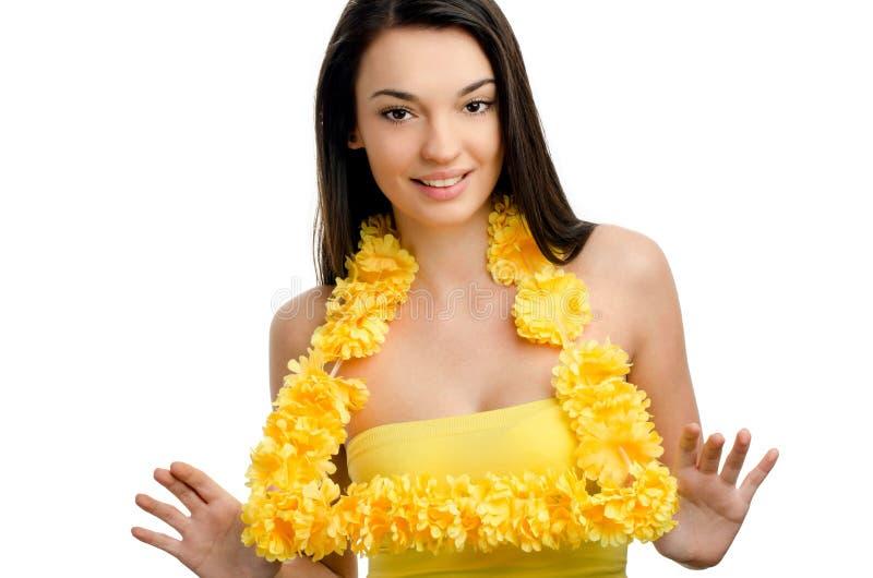 De vrouw die van Hawaï een gele slinger van bloemlei tonen. royalty-vrije stock foto