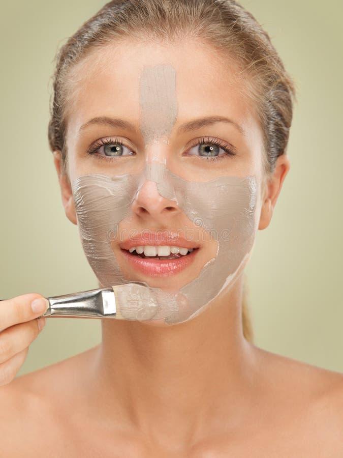 De vrouw die van het de schoonheidsportret van de close-up gezichtsmasker toepast stock afbeeldingen