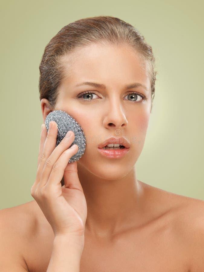 De vrouw die van het de schoonheidsportret van de close-up haar huid schrobt stock foto