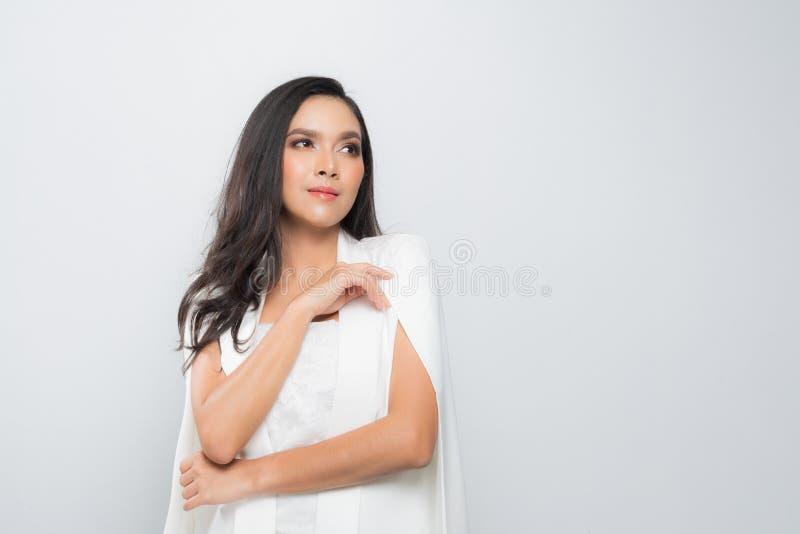 De vrouw die van het manierportret een wit kostuum dragen royalty-vrije stock foto