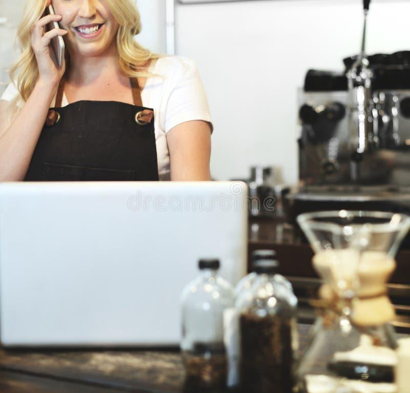 De vrouw die van de koffiewinkel ` s op een telefoon spreken royalty-vrije stock foto's