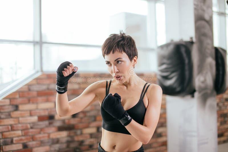 De vrouw die van Nice karate doen bij gymnastiek stock foto
