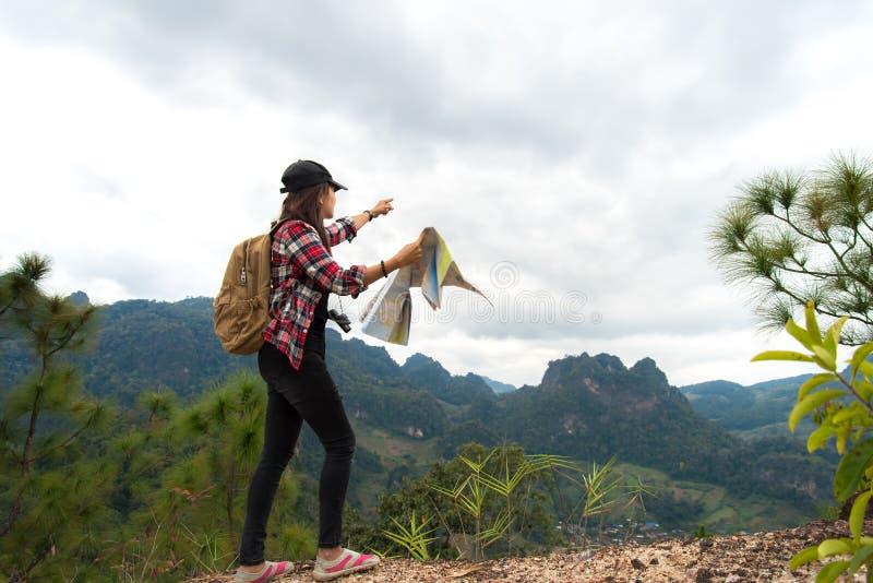 De vrouw die van wandelaarmensen het zegevierende onder ogen zien voelen en ontspant gezond op de berg, Thailand stock foto's
