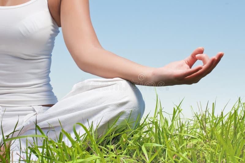 de vrouw dient yogameditatie in stelt stock afbeeldingen