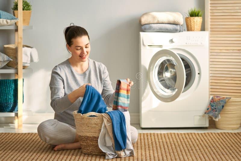 De vrouw doet wasserij royalty-vrije stock fotografie