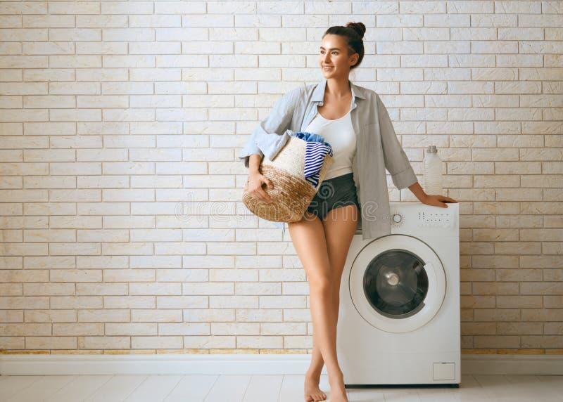 De vrouw doet wasserij stock foto