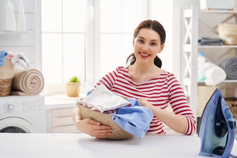 De vrouw doet wasserij stock afbeeldingen