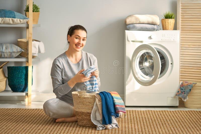 De vrouw doet wasserij stock foto's
