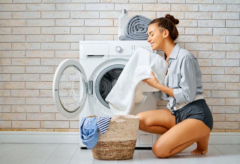 De vrouw doet wasserij royalty-vrije stock foto