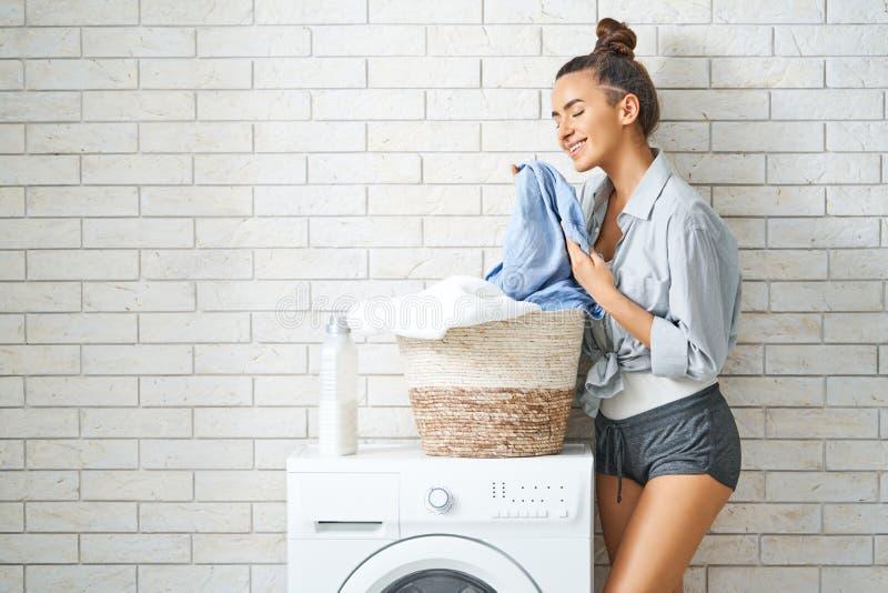 De vrouw doet wasserij stock afbeelding