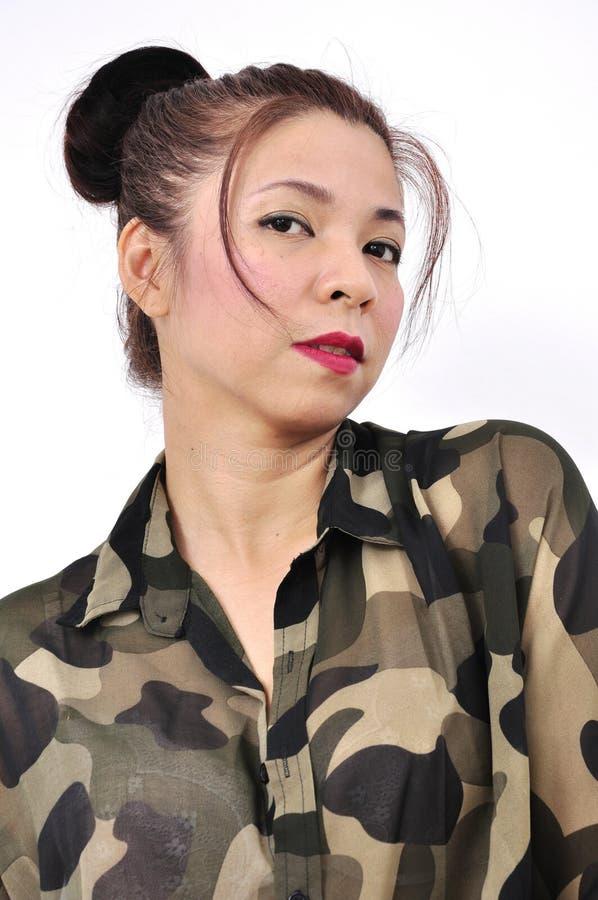 De vrouw draagt militair overhemd stock afbeelding