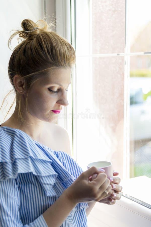 De vrouw drinkt koffie royalty-vrije stock foto