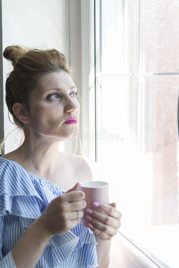 De vrouw drinkt koffie royalty-vrije stock afbeelding