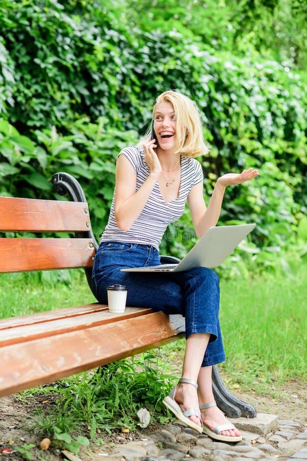 De vrouw drinkt koffie Inspiratie voor het blogging de zomer online het meisje blogger schrijft post voor sociaal netwerk Vrouw m stock foto