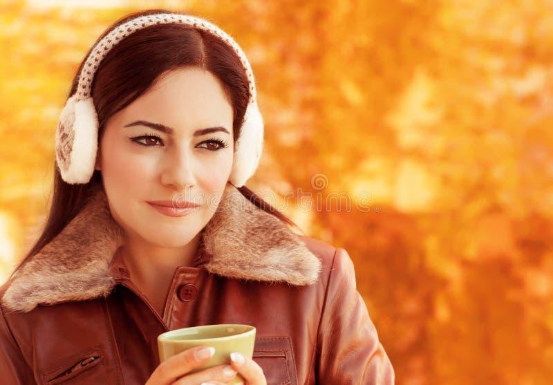 De vrouw drinkt in openlucht koffie stock afbeeldingen