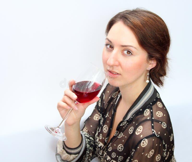 De vrouw drinkt rode wijn stock foto's
