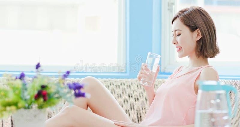 De vrouw drinkt water stock afbeeldingen