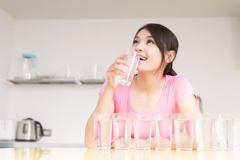 De vrouw drinkt water stock afbeelding