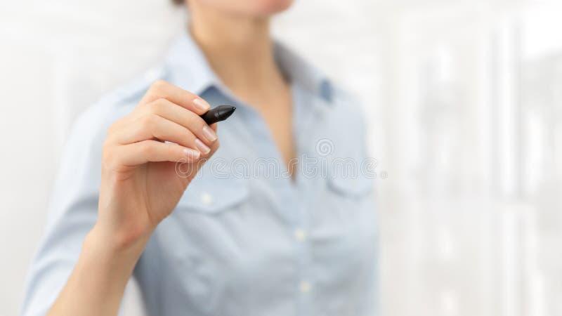De vrouw drukt een virtuele knoop Bedrijfs achtergrond royalty-vrije stock afbeeldingen