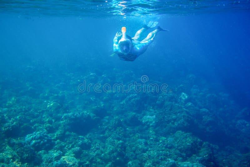 De vrouw duikt in koraalrif Meisje die in volledig-gezichtsmasker snorkelen Snorkel persoons onderwaterfoto royalty-vrije stock foto's