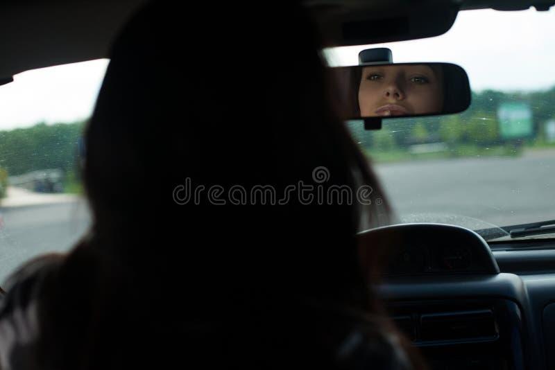 De vrouw in een auto royalty-vrije stock foto's